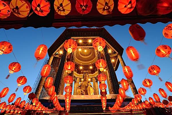 Buddha Weekly Beautiful temple with Guanyin Buddhism