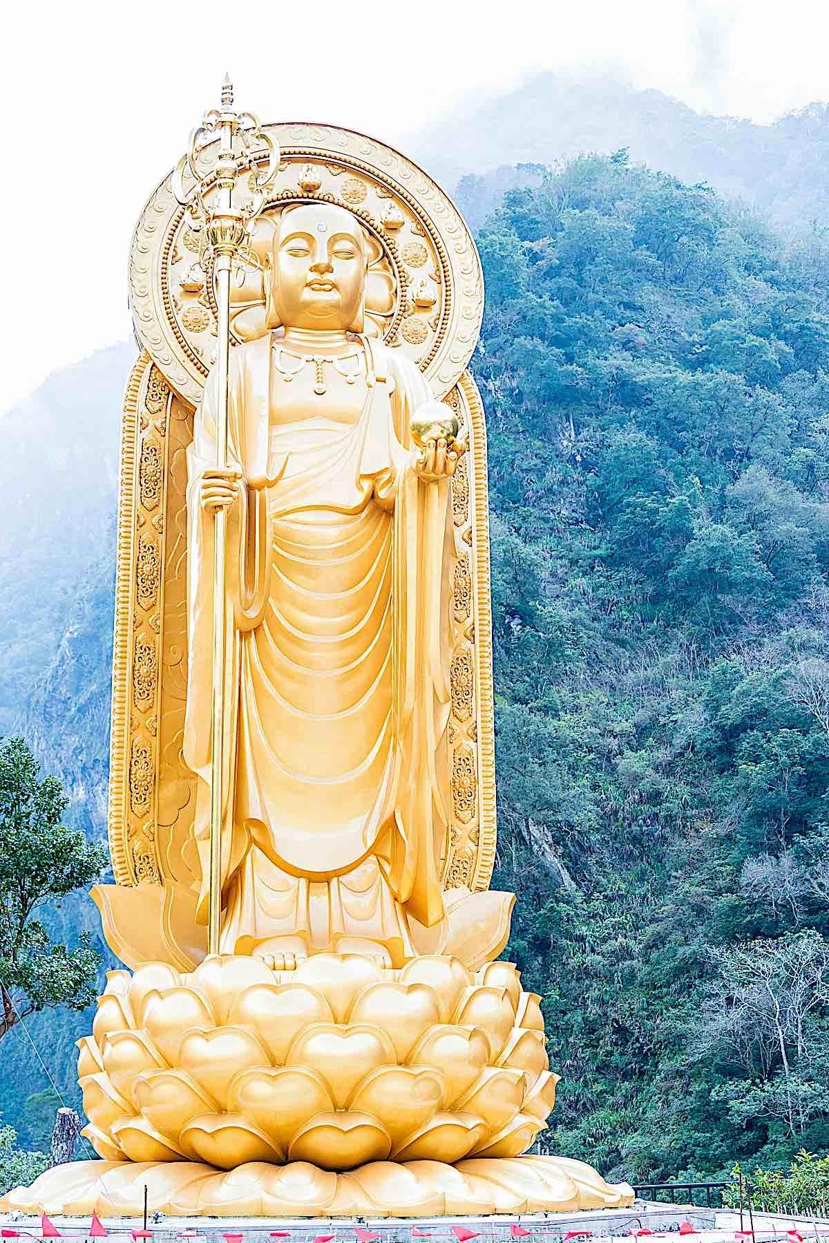 Buddha Weekly Kshitigarbha Statue at Xiangde Temple Taroko National Park Hualien Taiwan dreamstime xxl 90754042 Buddhism
