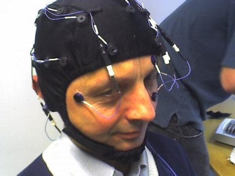 Scientiests special cap measures brain waves meditation NTNU