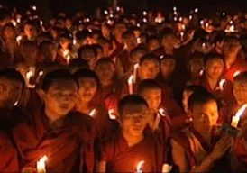 Buddha-Weekly-0Monks-chanting-mantra-by-candlelight-buddhist-practice